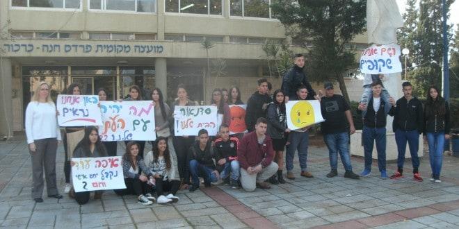 מתנגדים לסגירה. תלמידים בהפגנה. משמאל: הגר פרי יגור. צילום: נירית שפאץ