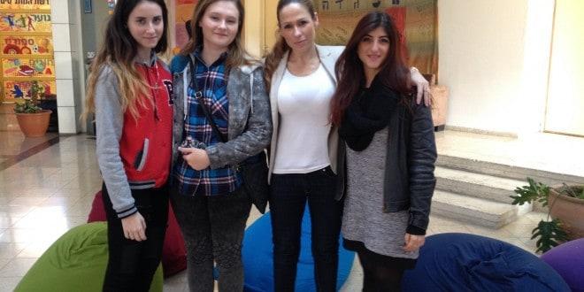 """ענבר סבג ונעמי אלדס עם תלמידות המחויבות אישית שישתתפו במיזם (צילום: יח""""צ)"""