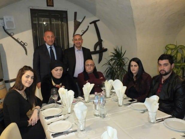משפחת דבאח המורחבת בארוחת הערב החגיגית (צילום : עומר קאסם)