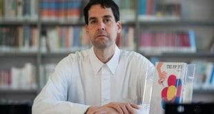 דן יוספן, ספרן בספריה העירונית בקרית אתא, הוציא ספר ביכורים (צילום: דורון גולן)