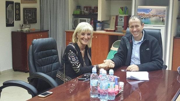 בעלת בית חדשה? ראש עיריית עכו שמעון לנקרי מארח בלשכתו את אביבה מליחי (צילום: דוברות עיריית עכו)
