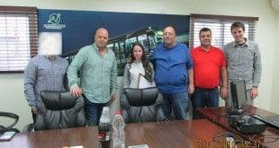 אזרחות טובה. מנחם בר (שלישי מימין) ובתו בר עם נציגי החברה (צילום: באדיבות חברת דן צפון)