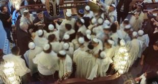 טקס העלייה לתורה בבית הכנסת (צילום: ארז שטיינר)