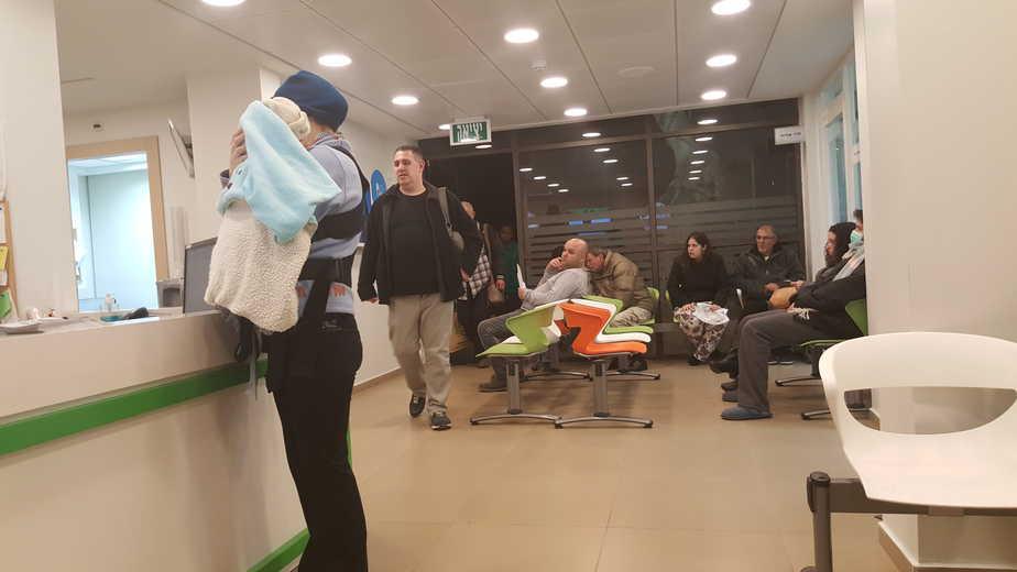 מוקד ביקור רופא בחדרה בשעת ההמתנה של ווגדן ובנו (צילום: אפי ווגדן)