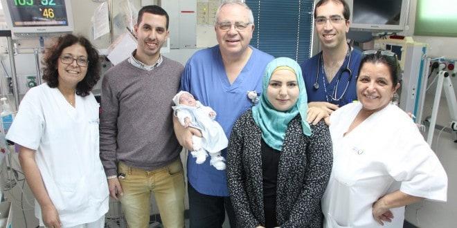 צוות הפגיה עם ההורים וביסאן ביום השחרור (צילום: באדיבות הלל יפה)
