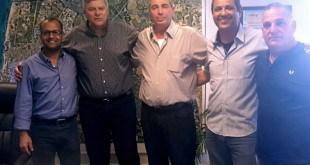 נציגי הוועד, יו'ר ההסתדרות במרחב, מנכ'ל העירייה וראש העירייה (צילום: עיריית חדרה)