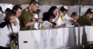 אורזים למען הנזקקים (צילום דוברות מגדל אור)