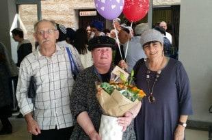 ציון מאה. מימין: אילנה סודרי, צילה אברמוביץ ובעלה במעמד ההכרזה על הזכייה