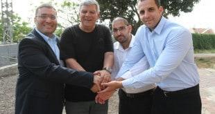 חברי זהות יהודית עם ראש העיר (צילום: עיריית חדרה)
