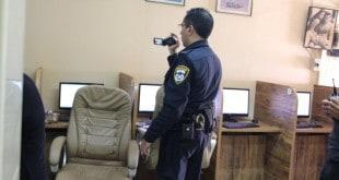 פשיטה על אינטרנט קפה בנהריה ( צילום: דוברות משרד המשפטים)