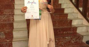 על מדרגות תאטרון אריסטון באיטליה עם הפרס