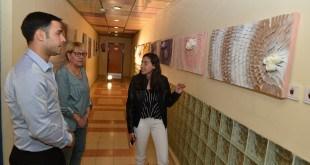 """התלמידה אופיר מציגה את עבודתה בפניהמנהלת ומ""""מ ראש העיר (צילום ישראל פרץ)"""