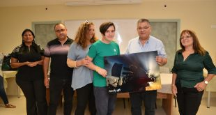 ראש העיר ומשפחת נתנזון מציגים את התמונה הזוכה