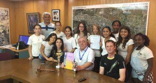 נבחרת האתלטיקה עם ראש עיריית קרית ים דוד אבן צור (צילום: דוברות קרית ים)