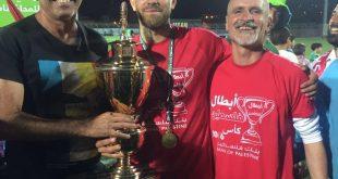 הגביע של העכואים. המאמן מנסור (מימין) עם שאדי (באמצע) וסוהיל (צילומים: באדיבות שעבאן)