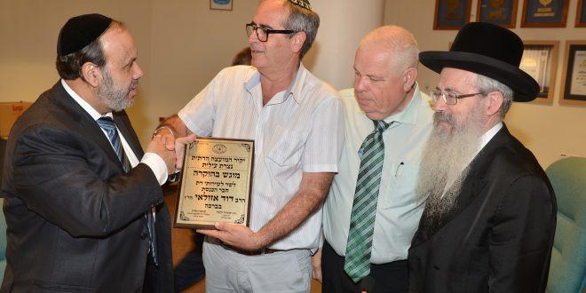 גלרון במהלך ביקור שר הדתות (צילום ישראל פרץ)
