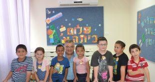 """ראש העיר מגדל העמק עם תלמידי בי""""ס הארי בעירו"""