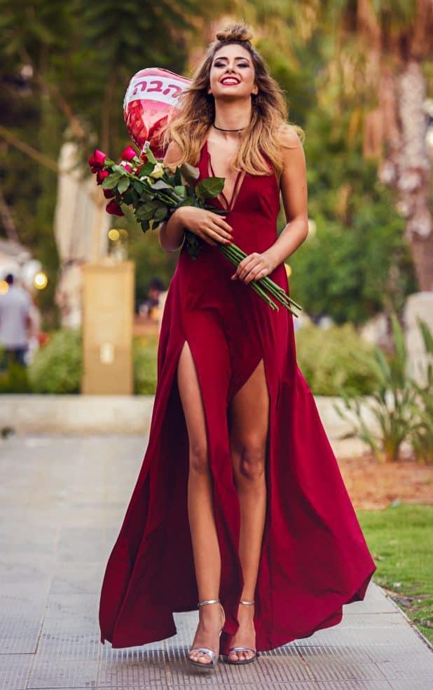 שמלה: קסטרו, נעליים: אוסף אישי, תכשיטים נועה ביוטי (תל אביב), פרחים ובלון: זר פור יו