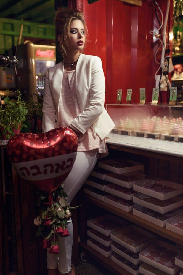 חולצה: גולף, ז'קט: ברשקה, מכנסיים: קסטרו, פרחים ובלון: זר פור יו, תכשיטים: נועה ביוטי (תל אביב)