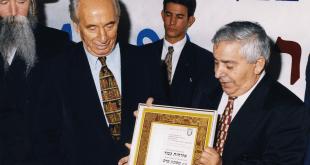 """שאול עמור ז""""ל מעניק לפרס"""