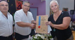 ראש העיר וממלא מקומו מעניקים לחנה לוי (צילום דוברות העירייה)