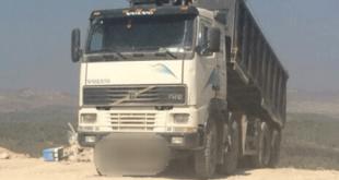 על חם. המשאית שופכת (צילום: דוברות המשטרה)