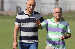 """שלום לכדורגל בכרמיאל? היו""""ר טויטו (משמאל) עם חבר הנהלה (צילום: מיכה פישנזון)"""