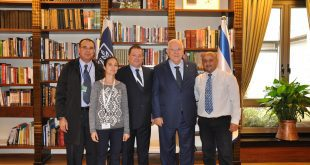 הנשיא ריבלין, נציגי מטה אשר וראש המועצה יורם ישראלי (צילום: דוברות בית הנשיא)