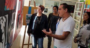 רכז המגמה אבנר לבב והמורים בוחנים את יצירות בתערוכה