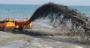 """מיכליות מזרימות חול (צילום: תש""""ן)"""