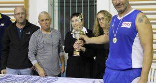 משפחת ענבר מעניקה את הגביע לאלי אוחנה (צילום: עצמי)