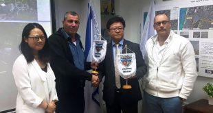 """נציגי החברה הסינית עם מנכ""""ל העירייה ומהנדס העיר (צילום: עיריית חדרה)"""