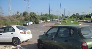 מכוניות חונות על המדרכה באזור הרכבת (צילום: נירית שפאץ)
