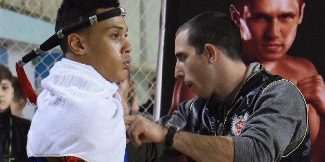 הנחיות אחרונות. המאמן אלכס דר עם חניכו, אלעד סומן (צילום: סילאפה תאי)