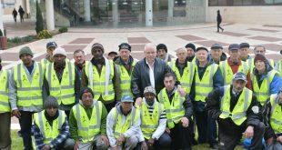 העובדים החדשים בתמונה קבוצתית עם ראש העיר (צילום ישראל פרץ)