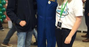 התלמידים בן וטלי עם האסטרונאוט האמריקאי דון תומאס (צילום עצמי)