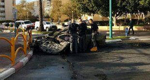 חוקרי הזיהוי הפלילי ליד המכונית שבה נרצח חו איפרגן ממטען חבלה. צילום: דוברות המשטרה
