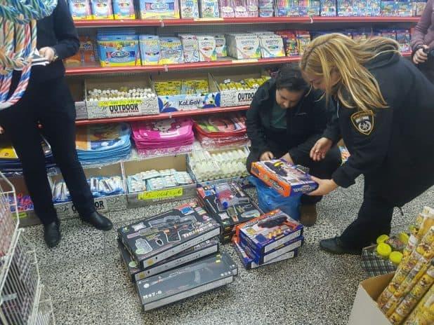 מחפשים צעצועים מסוכנים בקרית מוצקין. צילום: דוברות העירייה
