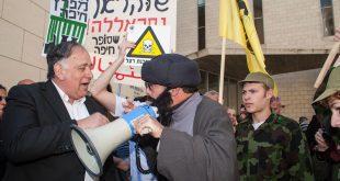 """הפגנה בדרישה לפינוי מיכל האמוניה. ראש עיריית חיפה יונה יהב מתראיין ל""""חסאן נאסראללה"""" צילום: דורון גולן"""