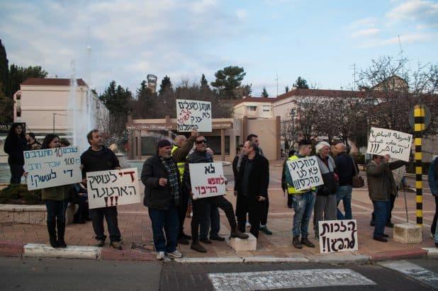 תושבים אמיצים. הפגנה במעלות נגד עושק הארנונה. צילום: דורון גולן