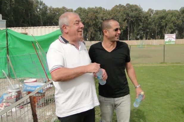 מחמיא לראש העיר. רועי עטיה ודוד אבן צור (צילום: איסר רביץ)
