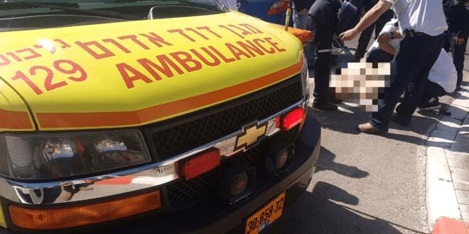 """מטפלים בפצועה לפני הפינוי במסוק (צילום מד""""א)"""