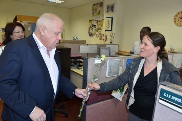 רונן פלוט מחלק פרחים (צילום ישראל פרץ