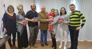 התושבים החדשים מתקבלים אצל ראש העיר (צילום ישראל פרץ)