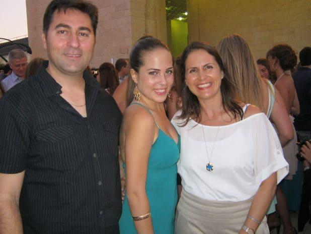נחום עם הוריה. (תמונה באדיבות המשפחה)