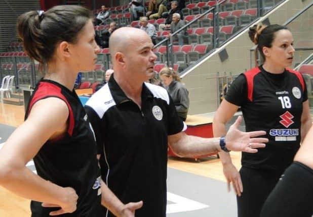 פסק זמן עם המאמן ישראל אשר, מימין מורן צור ואנסטסיה סלינה (צילום: איסר רביץ)