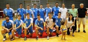 כבוד הדדי, ישראל רחום (עומד רביעי מימין) עם כל הצוות של עירוני קרית אתא (צילום: איסר רביץ)