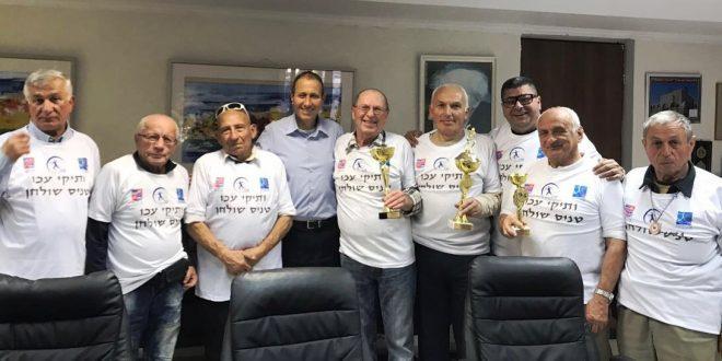 קיבלו כבוד. ראש עיריית עכו שמעון לנקרי עם חברי המשלחת (צילום: דוברות עיריית עכו)