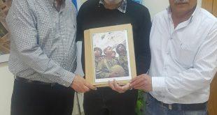 כרסנטי מעניק את התמונה המפורסמת למליחי ולוי (צילום עצמי)