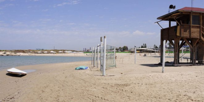 מחכים רק לכם. סוכת מציל בחופי חוף הכרמל. צילום אבי ברומברג